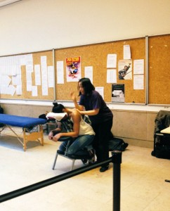 Anne fait un massage Amma assis à Sciencepo