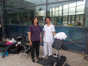 Anne et Marie-France debout près de leur chaise après un premier massage Amma