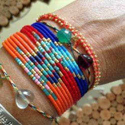 Poignet portant différents bracelets de Florence