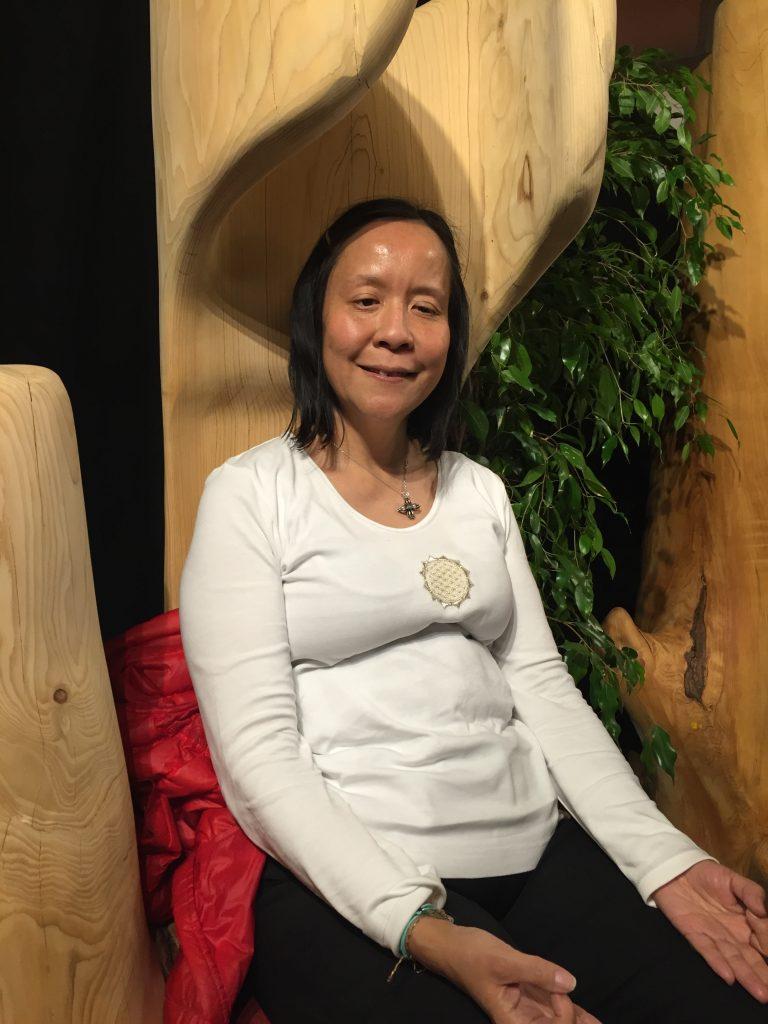 Anne Yung méditant à l'intérieur d'un arbre