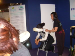 Anne en massage amma assis