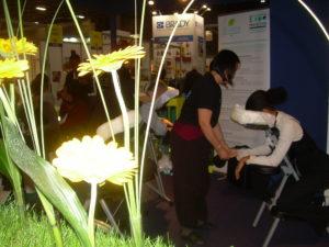 Anne pratiquant un massage amma assis