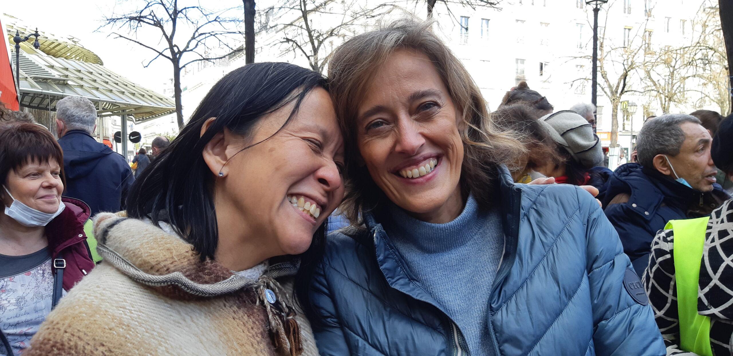 Alexandra et Anne, complices et souriantes